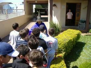 Dona Marlene recebendo os alunos na casa dela