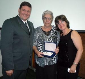 O presidente da Câmara de Veradores de Canoas, Cesar Mocini, ao lado da professora Maria e da diretora Maria Cristina